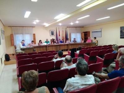 Salón del Ayuntamiento de Salas en una sesión municipal.