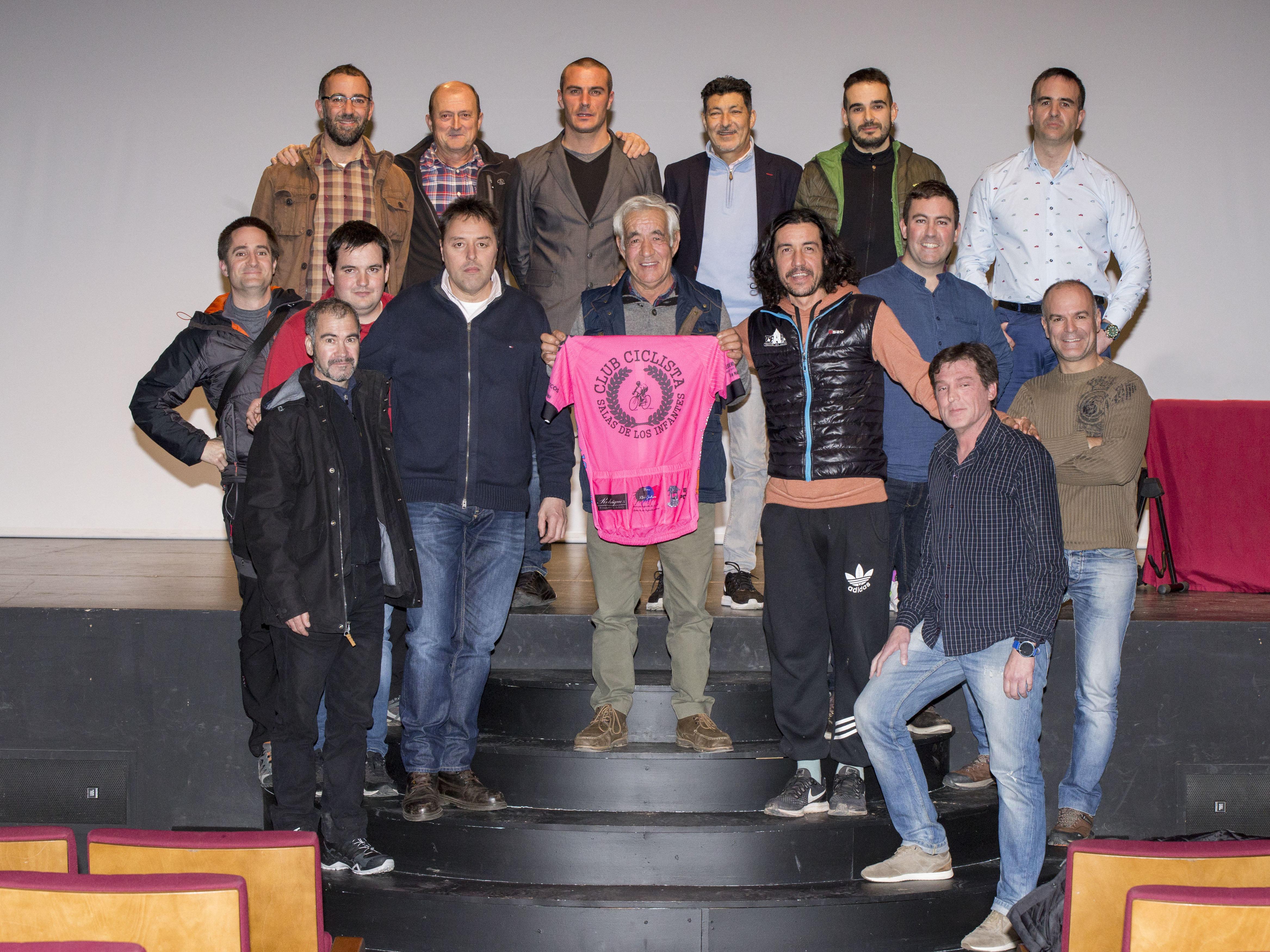 Foto tomada al final de la conferencia con miembros del club ciclista y grandes aficionados a la bici acompañando al gran corredor Eduardo Chozas. Fotos: Rebeca Barbero f2 Estudio.