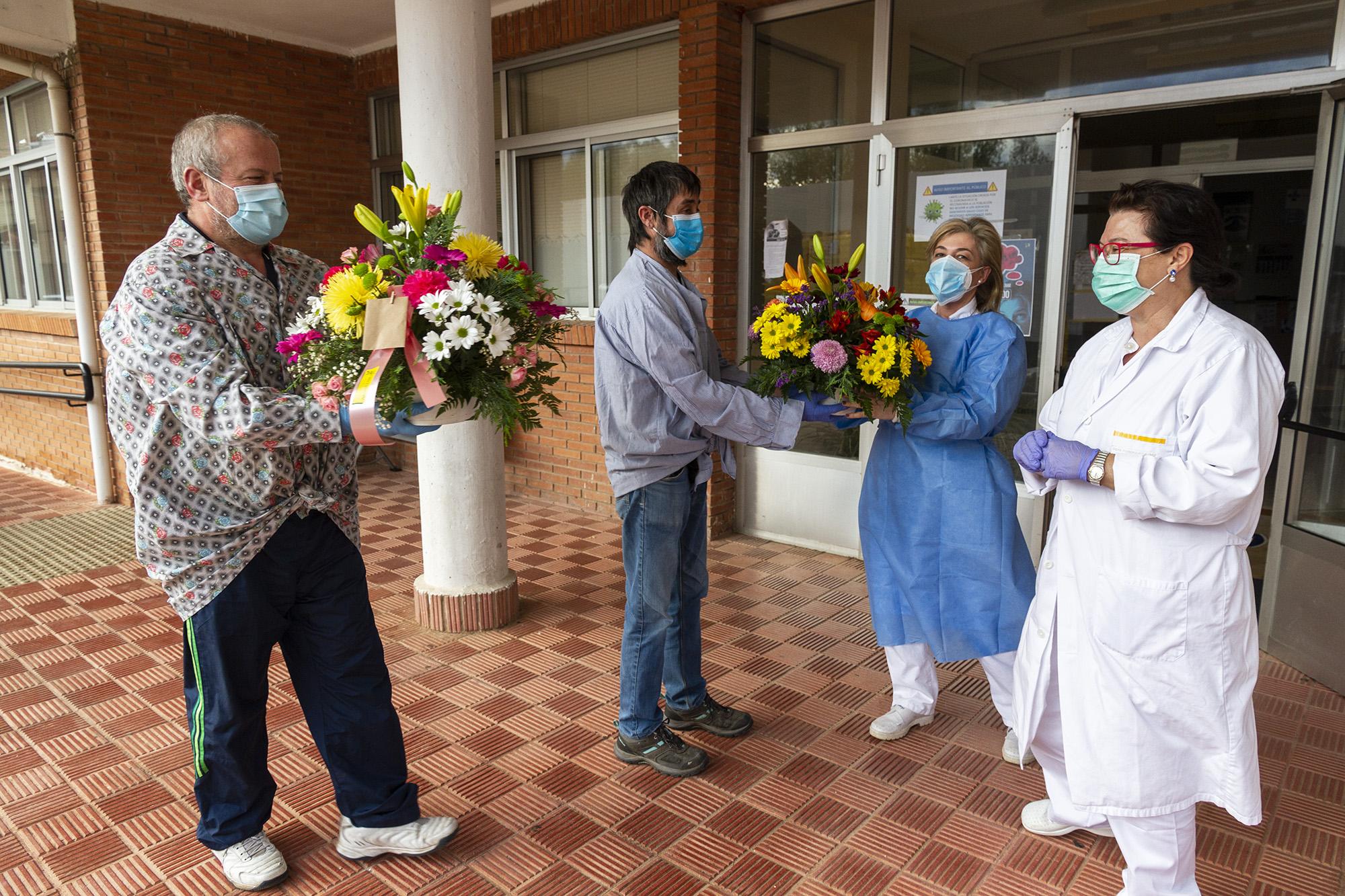 Entrega de flores a los sanitarios. Fotografías: Beatriz Montero