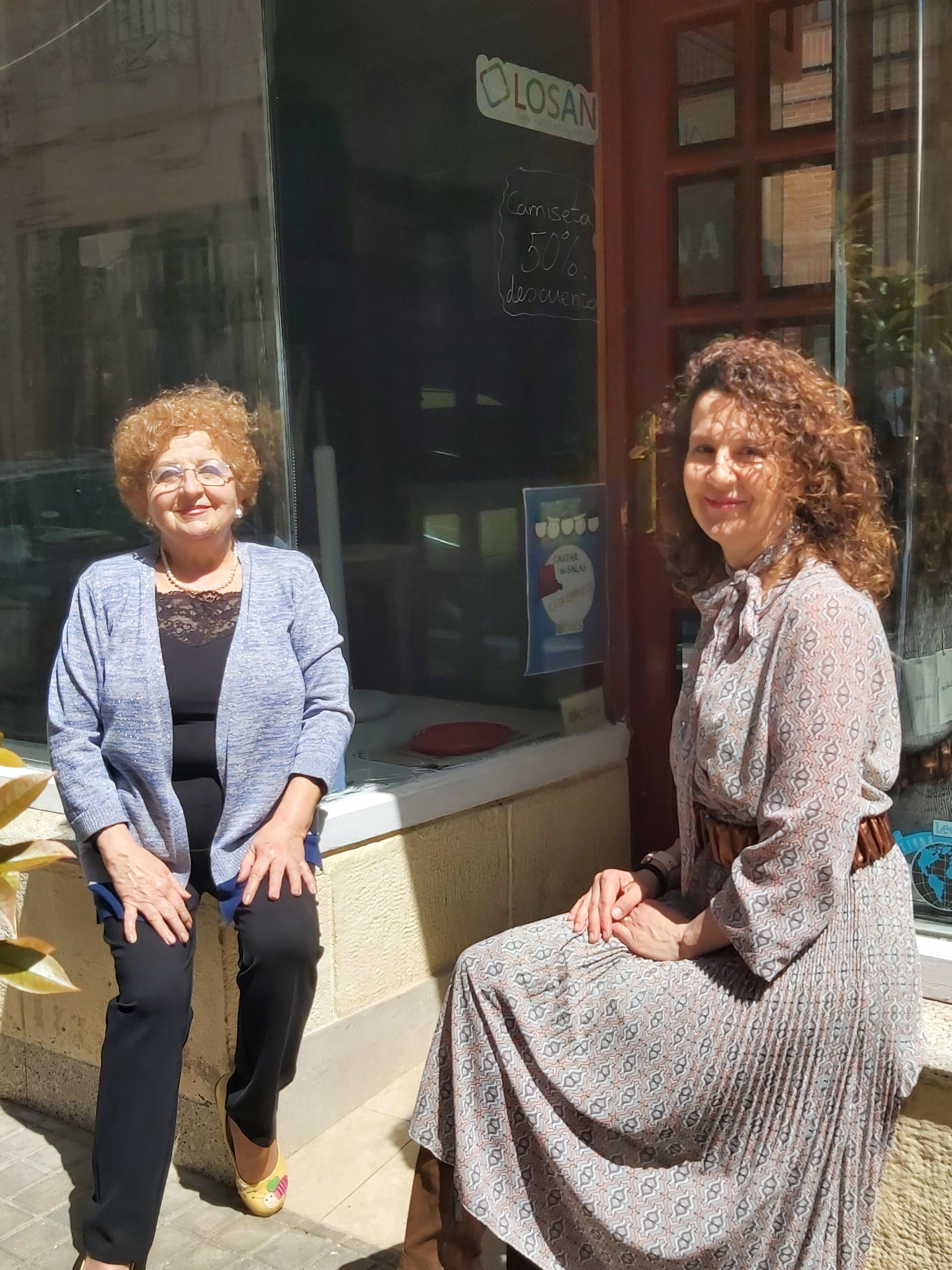 Maribel y Mabela en su tienda de ropa de Salas de los Infantes, en Burgos.
