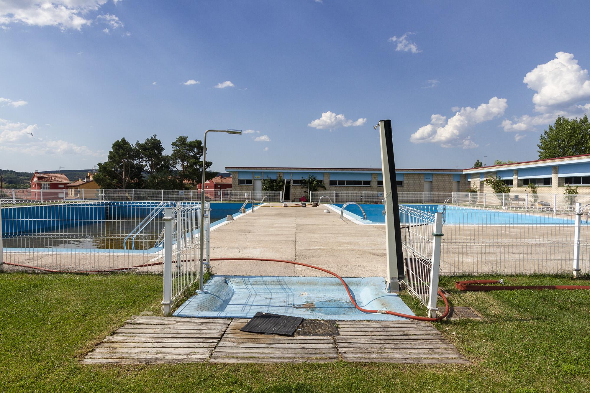 Puesta a punto de las piscinas de Salas. Fotografías: Beatriz Montero