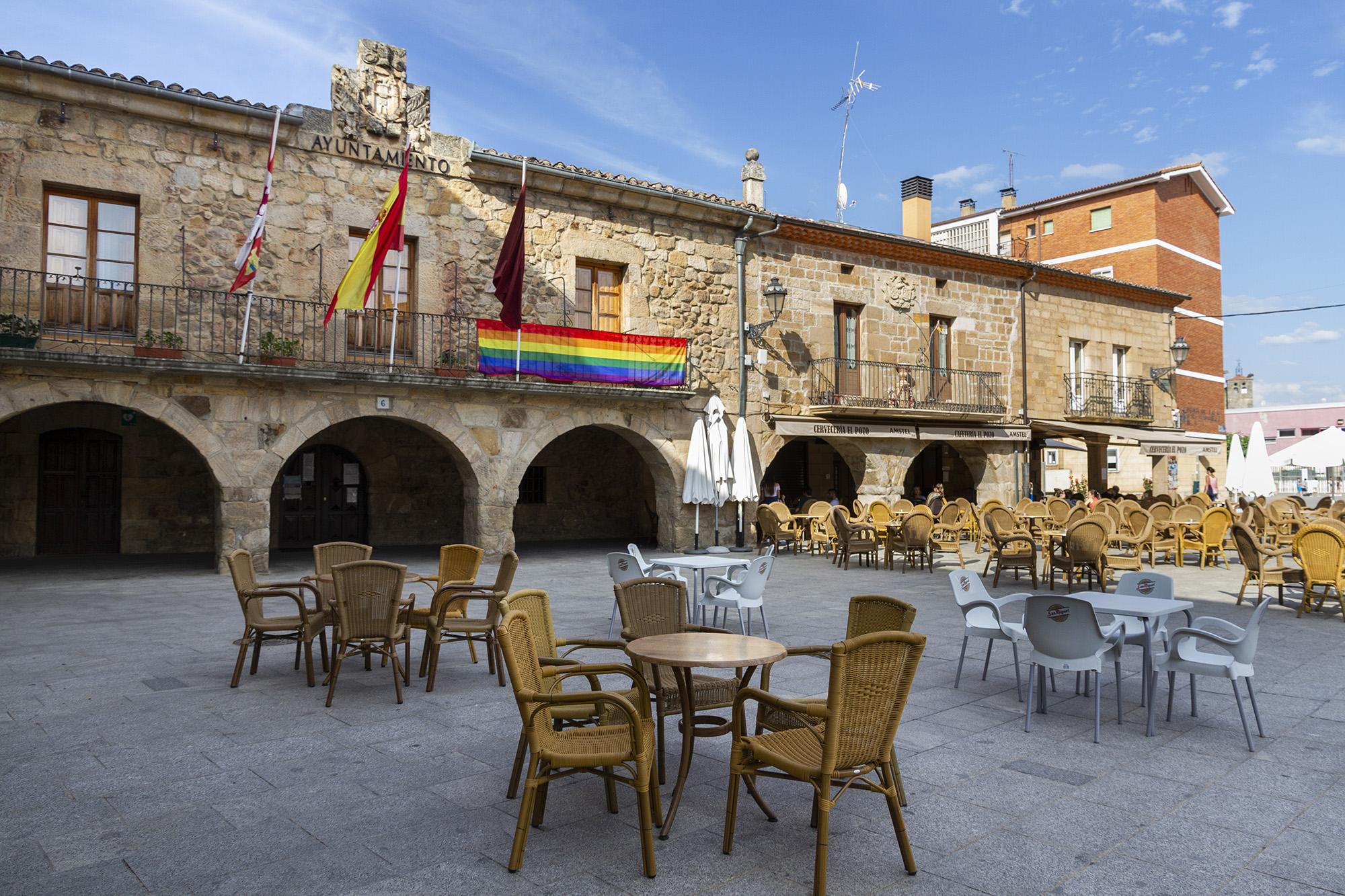 Bandera LGTBI en el Ayuntamiento de Salas. Fotografías: Beatriz Montero